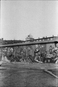 #berlin #noiretblanc #wall #blackandwhite #photography #bnw #art #urbanart #picoftheday #blackandwhitephotography #bnwphotography #street #instagram #streetphotography #photo #urban #photooftheday #monochrome #wallart #architecture #photographie #bw #mural #landscape #instapic #noiretblancphotographie #germany #city #artist www.pascalvalu.com